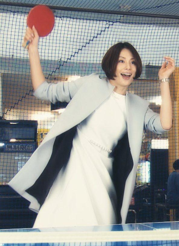 ラケットを持つ米倉涼子さん