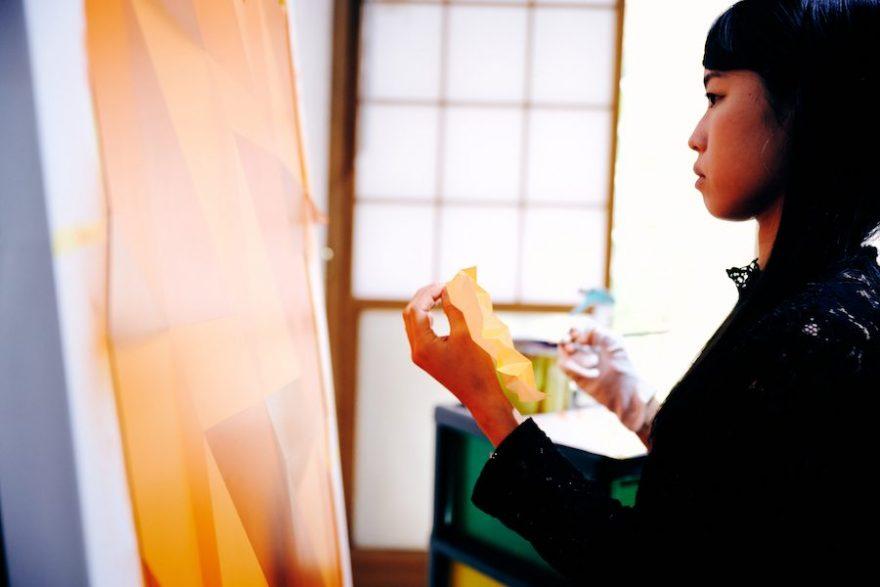 """まるで宙に浮く巨大な折り紙 美術家・吉野ももが描きだす""""観る人を…"""