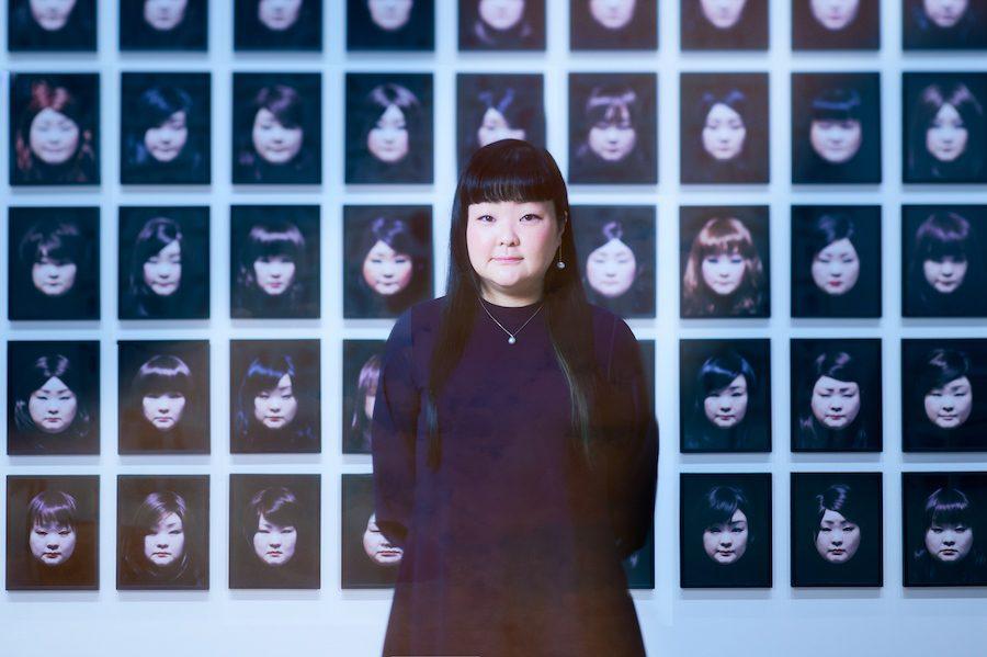 """変幻自在に""""顔""""を変えるアーティスト、澤田知子がセルフポートレイ…"""