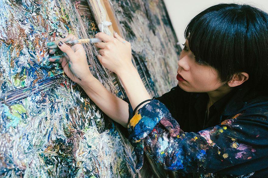 手にするのは絵筆ではなく注射器と彫刻刀 現代美術家・高山夏希が…